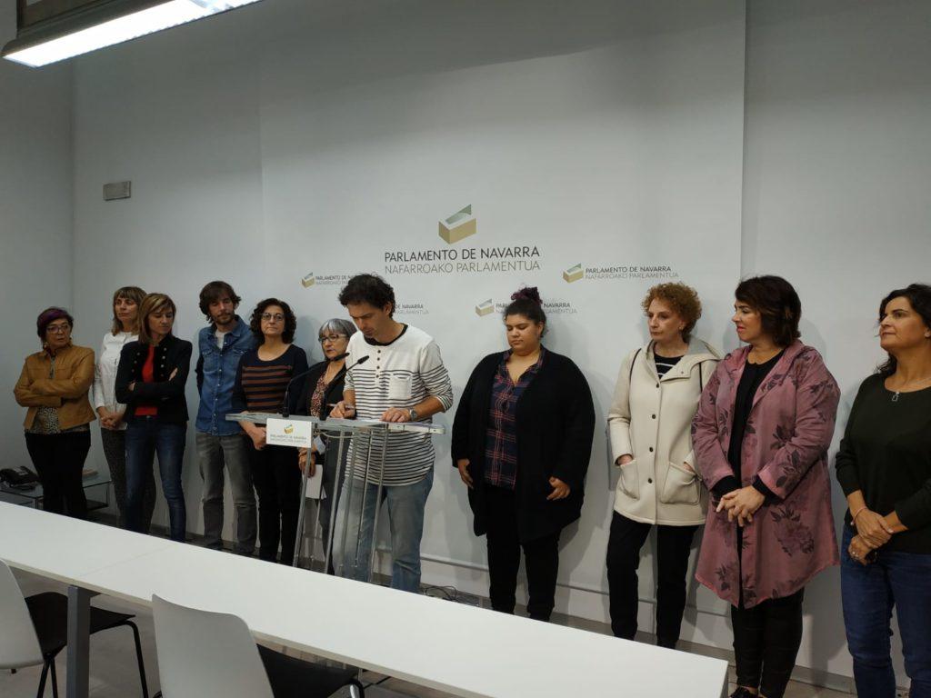 representantes de grupos parlamentarios y de la PES, durante la lectura del manifiesto
