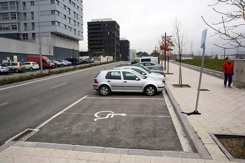 Fotografía de una plaza reservada para vehículos de personas con movilidad reducida. Diario de Navarra