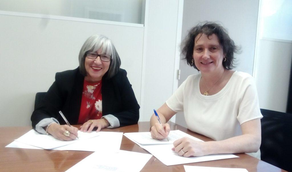 Mariluz Sanz e Inés Francés en una mesa firmando documentación