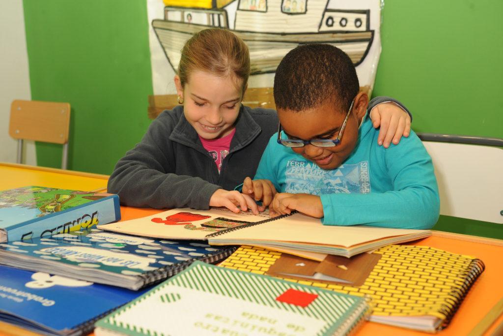 Alumnos del CRE de Madrid, de Educacion primaria, aprendiendo con distinto material tiflotécnico