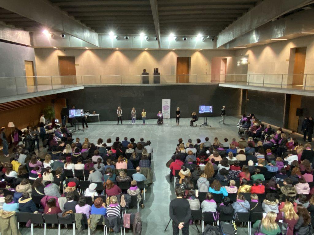 Acto del Parlamento de Navarra. 4 mujeres dando lectura al manifiesto